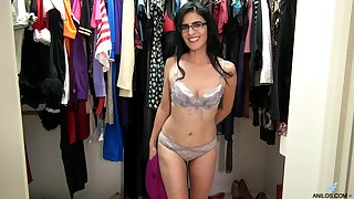 Foxy cougar Theresa Soza with glasses moans while playing on the floor