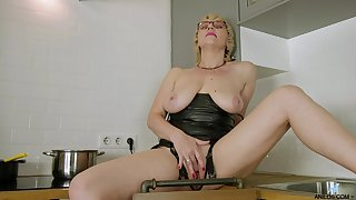 Passionate pretty good mature pleases herself on cam