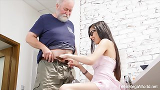 Nerdy step-niece in glasses Ashely Ocean is craving for cum and crazy sex fun